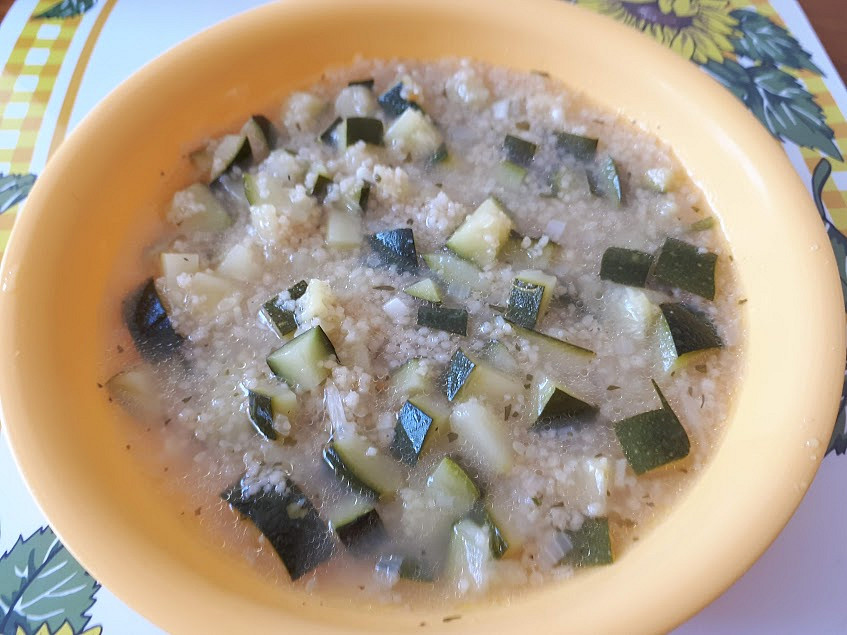 Cuketová polévka s česnekem a špaldovým kuskusem