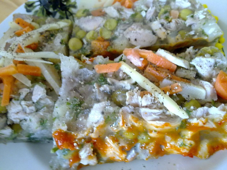 Domácí kuřecí netučná tlačenka s barevnou zeleninkou