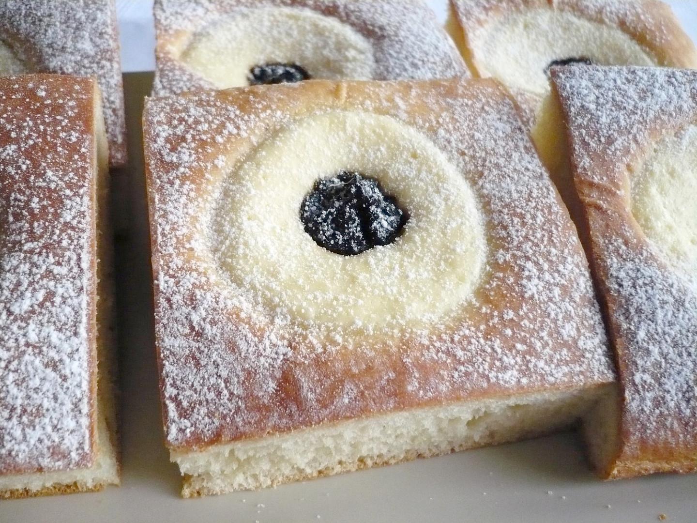 Krájené hranaté koláče z plechu