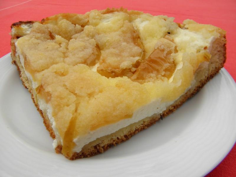 Kynutý koláč s tvarohem, jablky a drobenkou