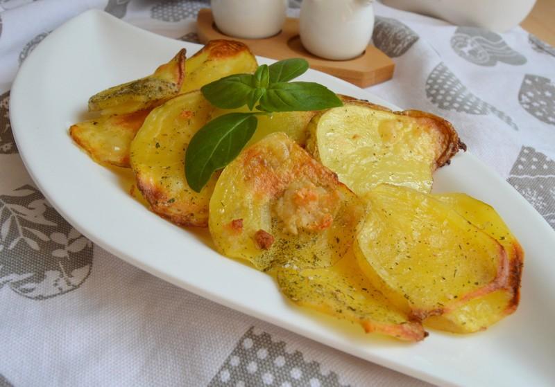 Pečené bramborové plátky s česnekem