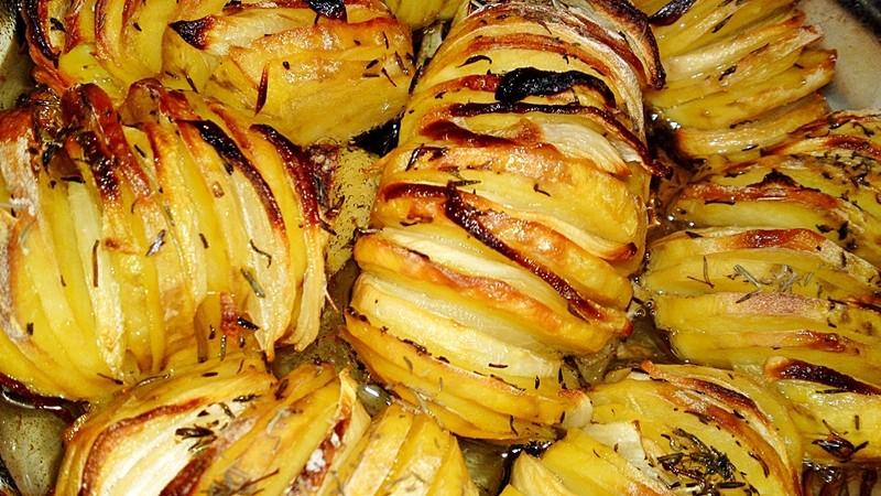 Pečené brambory s cibulí a tymiánem