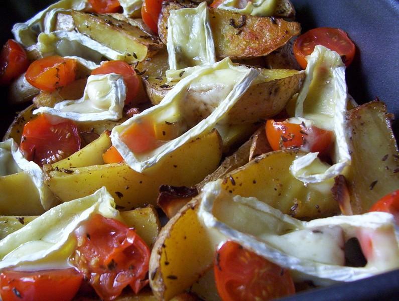 Pečené brambory s grilovanými rajčátky