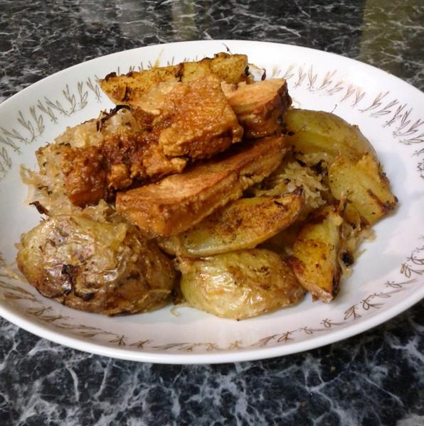 Pečené brambory s kysaným zelím a tofu