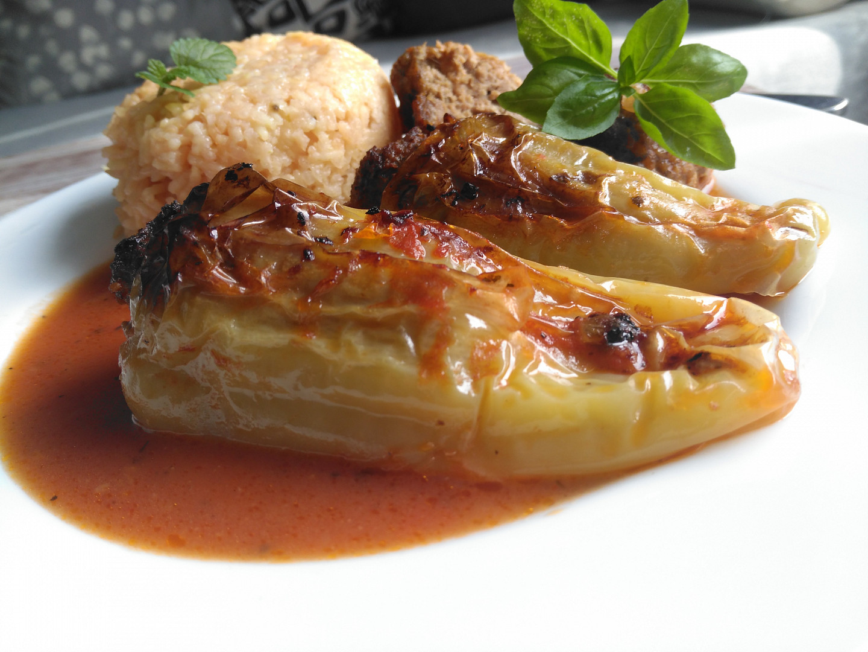 Plněné paprikové lusky s mletým masem, cuketou a kouličkami