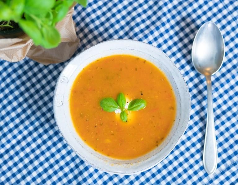 Polévka z čerstvých rajčat a celeru