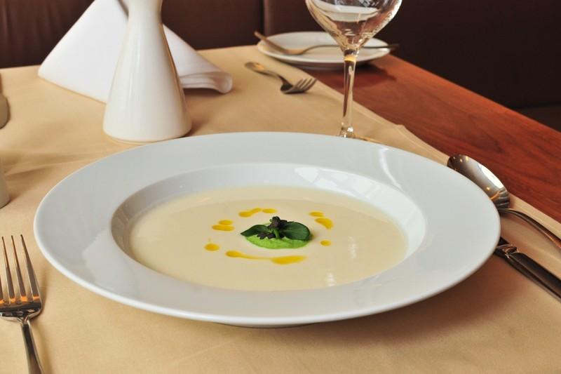 Polévka z Jeruzalémského artyčoku s bylinkovou pěnou