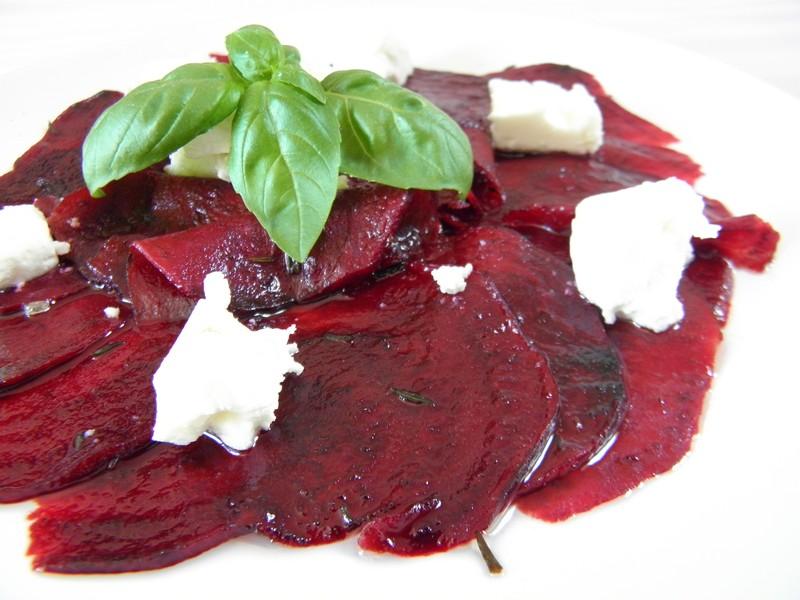 Salát z červené řepy se sýrem