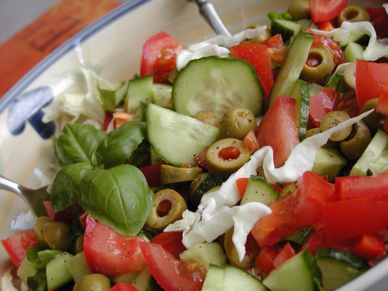 Salát z hlávkového zelí s olivami a bazalkou