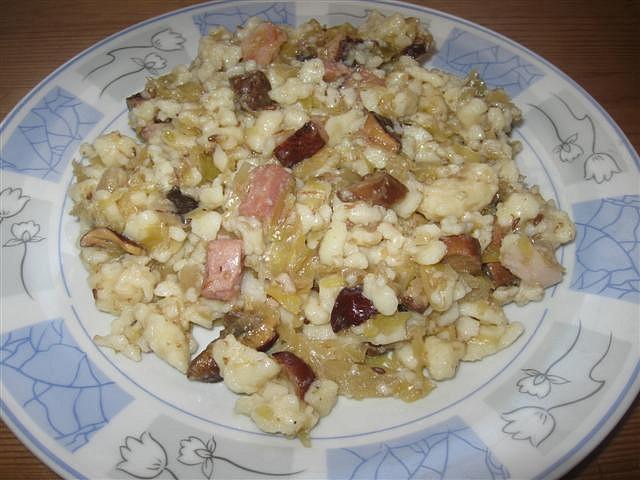 Špecle s houbami, zelím a slaninkou