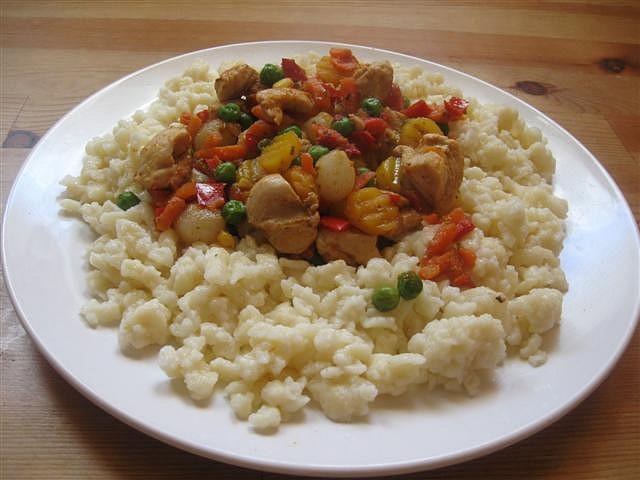 Špecle se zeleninkou a kuřecím masem