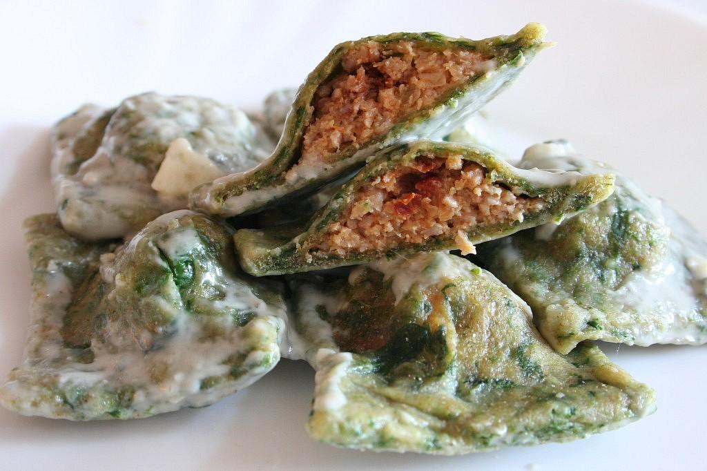 Špenátové ravioli s krůtím masem a přelivem z modrého sýra