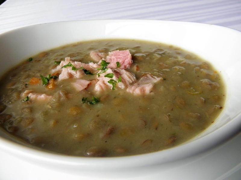 Sytá čočková polévka s uzeným masem