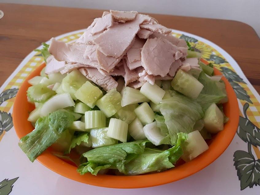 Zelený salát z řapíkatého celeru a salátové okurky